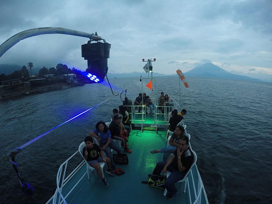 Navega por el lago Atitlán